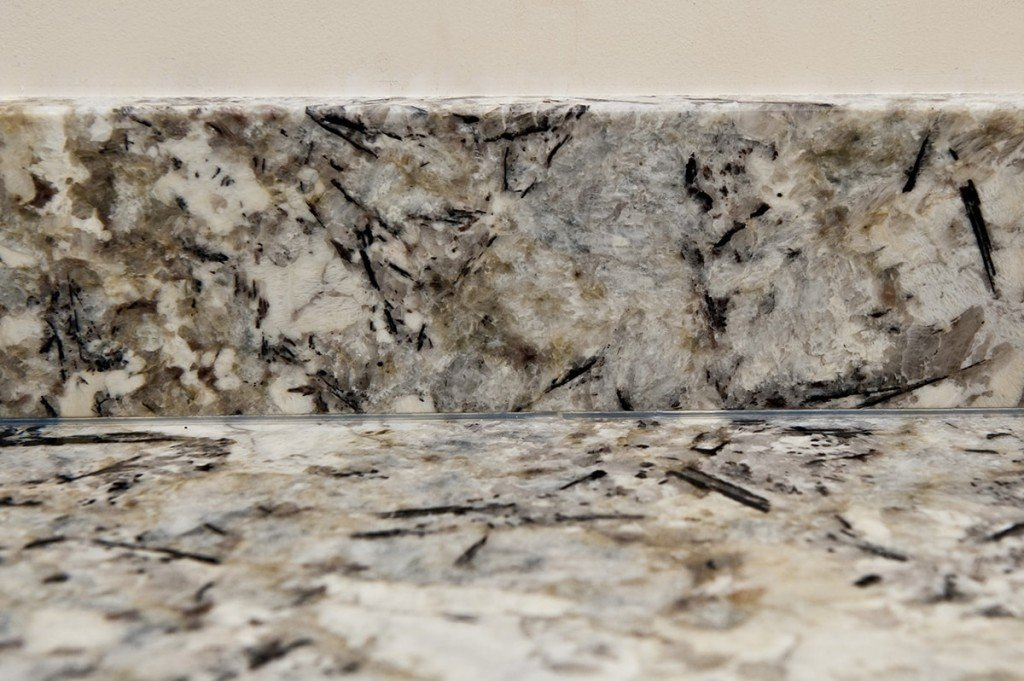 arctic-cream-granite-oxted-124029-a-detail-upstand-min