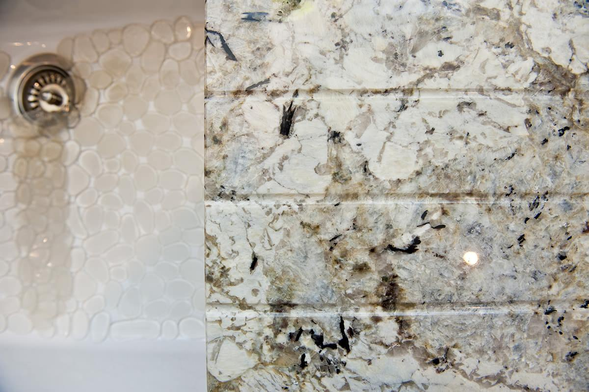 arctic-cream-granite-oxted-124157-a-detail-drainage-grooves-min