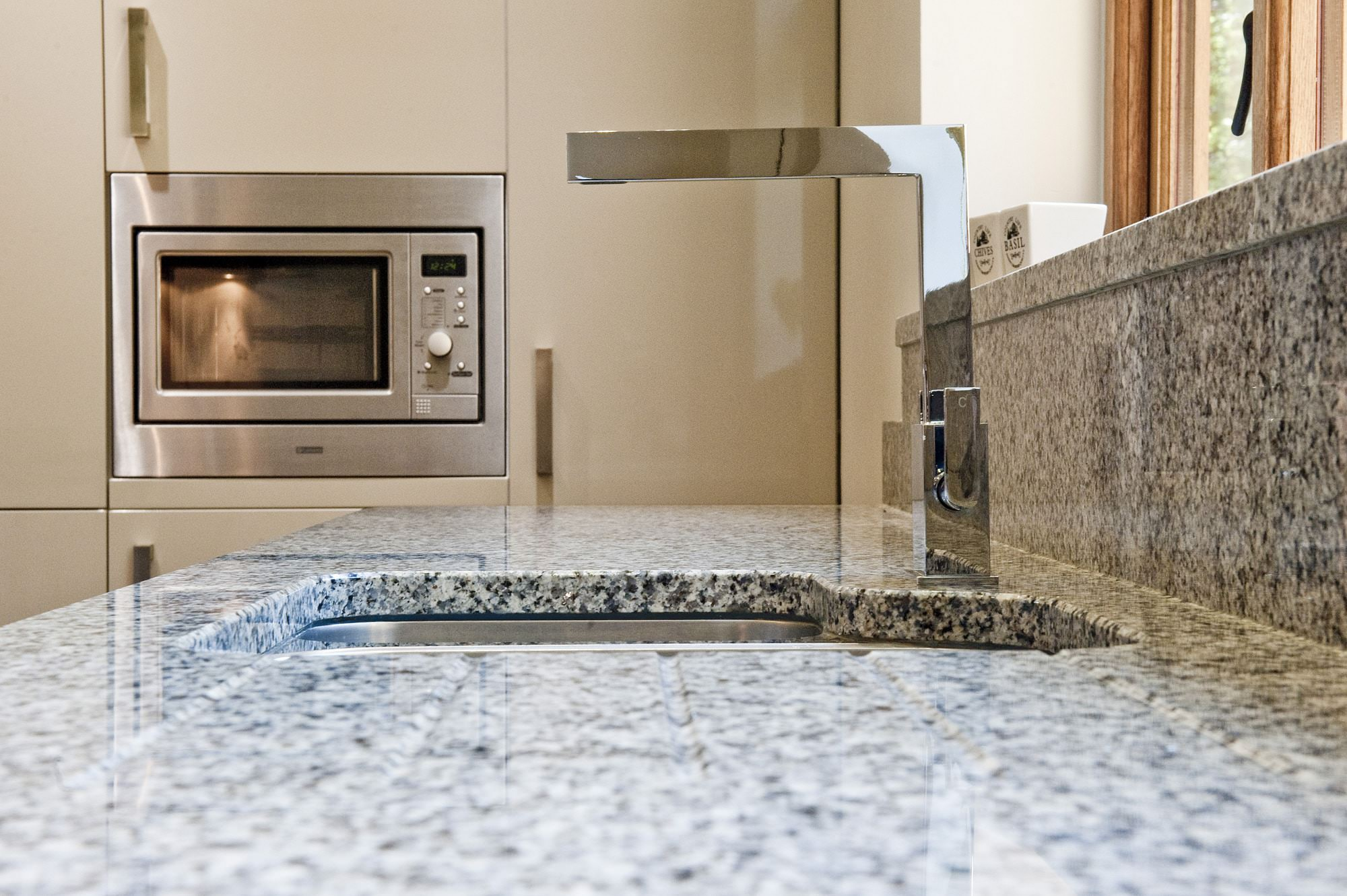 azul-platino-granite-east-grinstead-122949-a-sink-and-tap-min