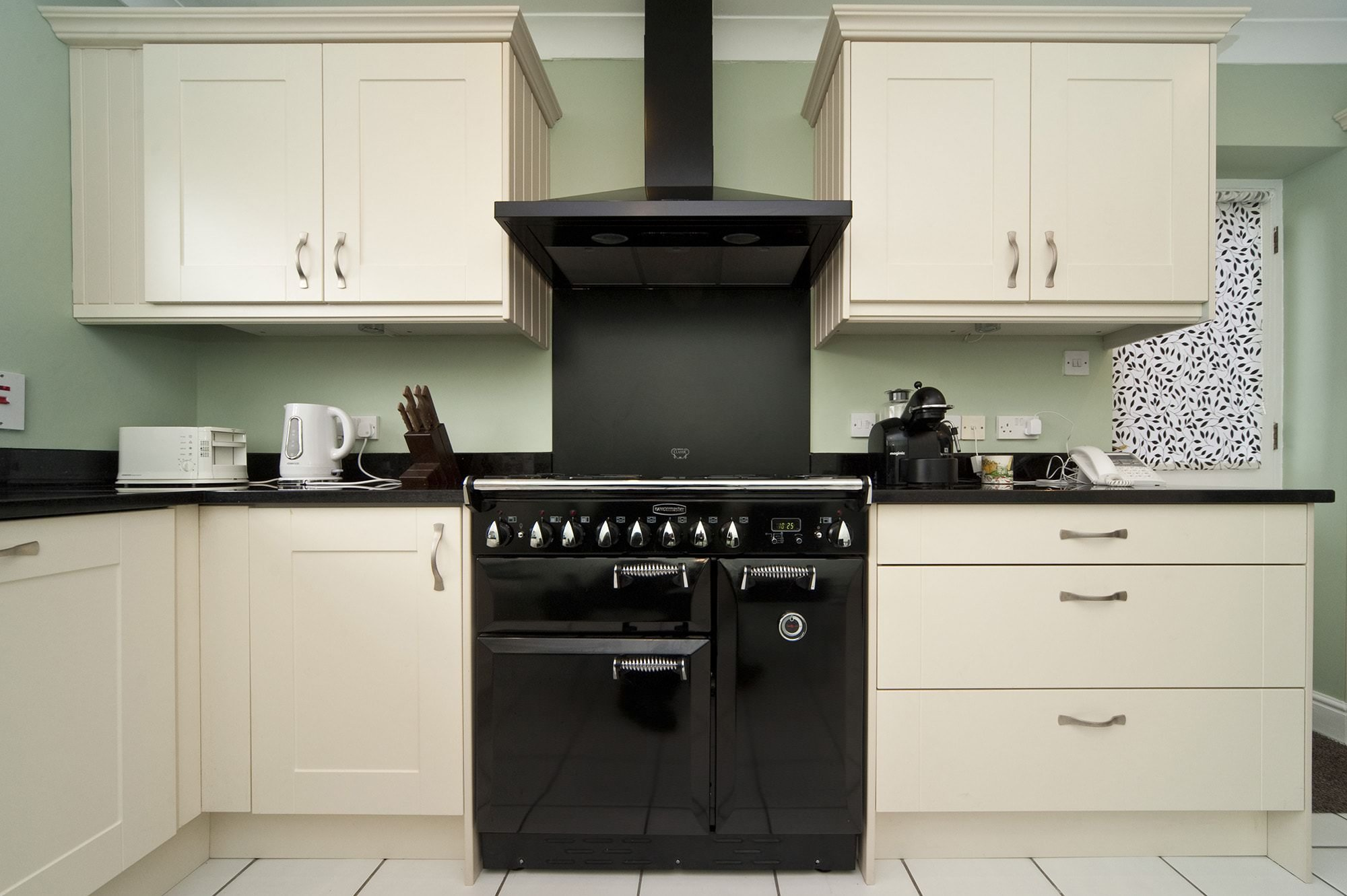 black-galaxy-granite-south-croydon-102952-a-rangemaster-min