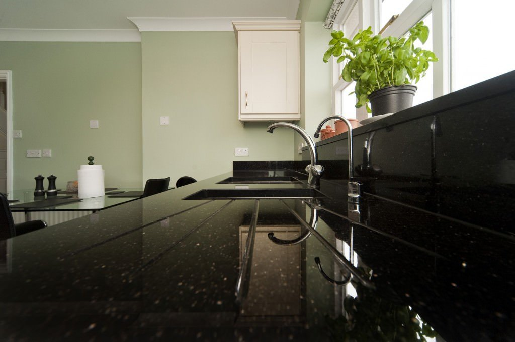 black-galaxy-granite-worktops south-croydon-103504-a-drainage-grooves-min