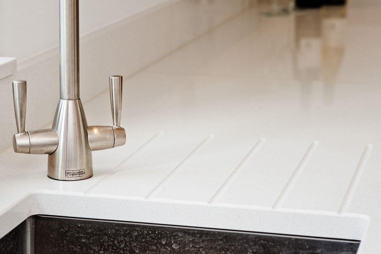 cimstone-arcadia-white-quartz-crawley--west-sussex-112809-tap-detail-min