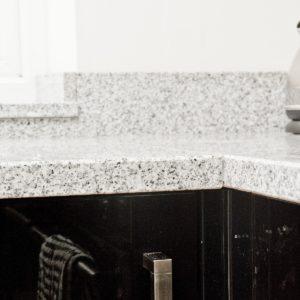 salt-and-pepper-granite-kingswood-surrey-grey-speckled-natural-121526-a-corner-min