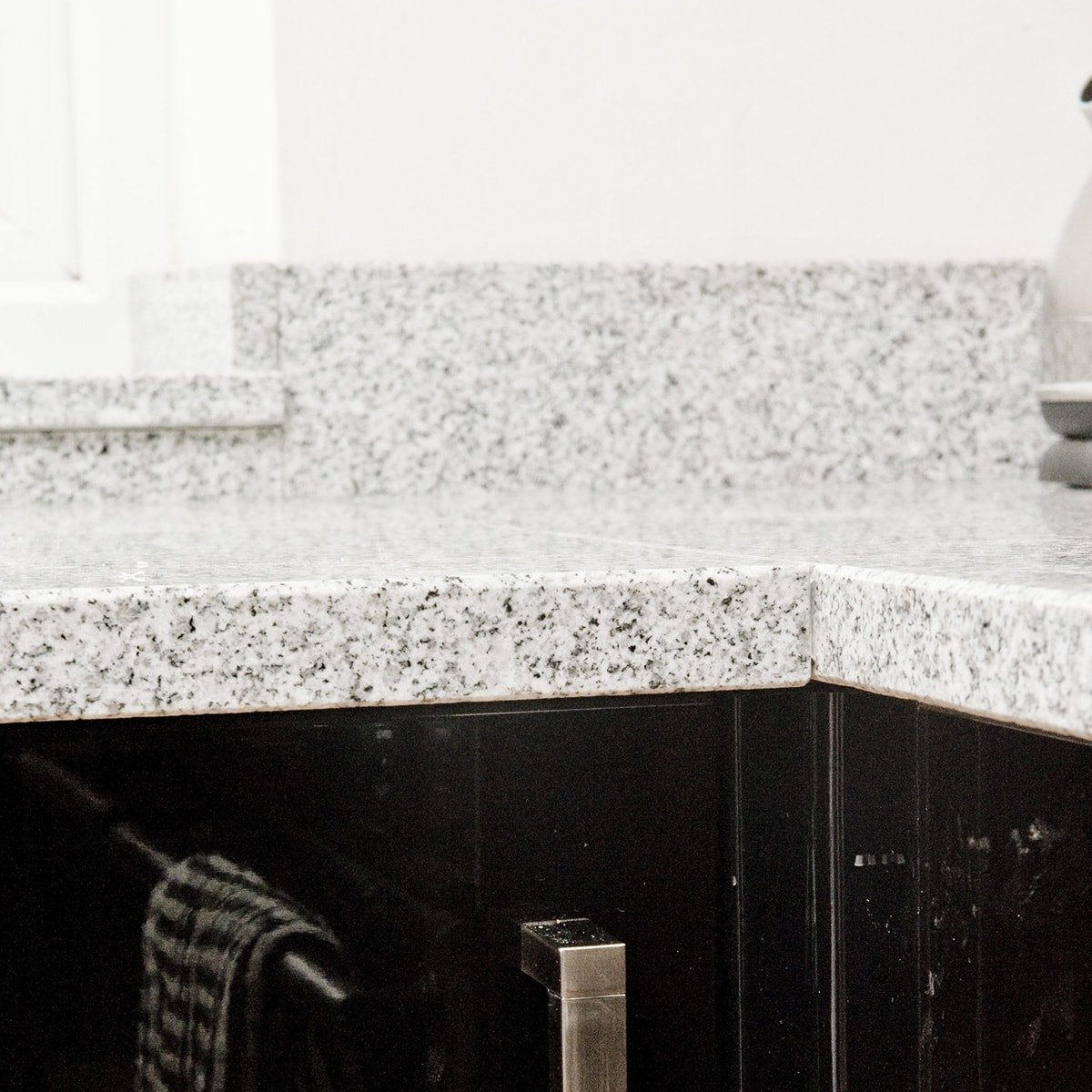 salt-and-pepper-granite-kingswood-surrey-grey-speckled-natural-121526-a-corner-min
