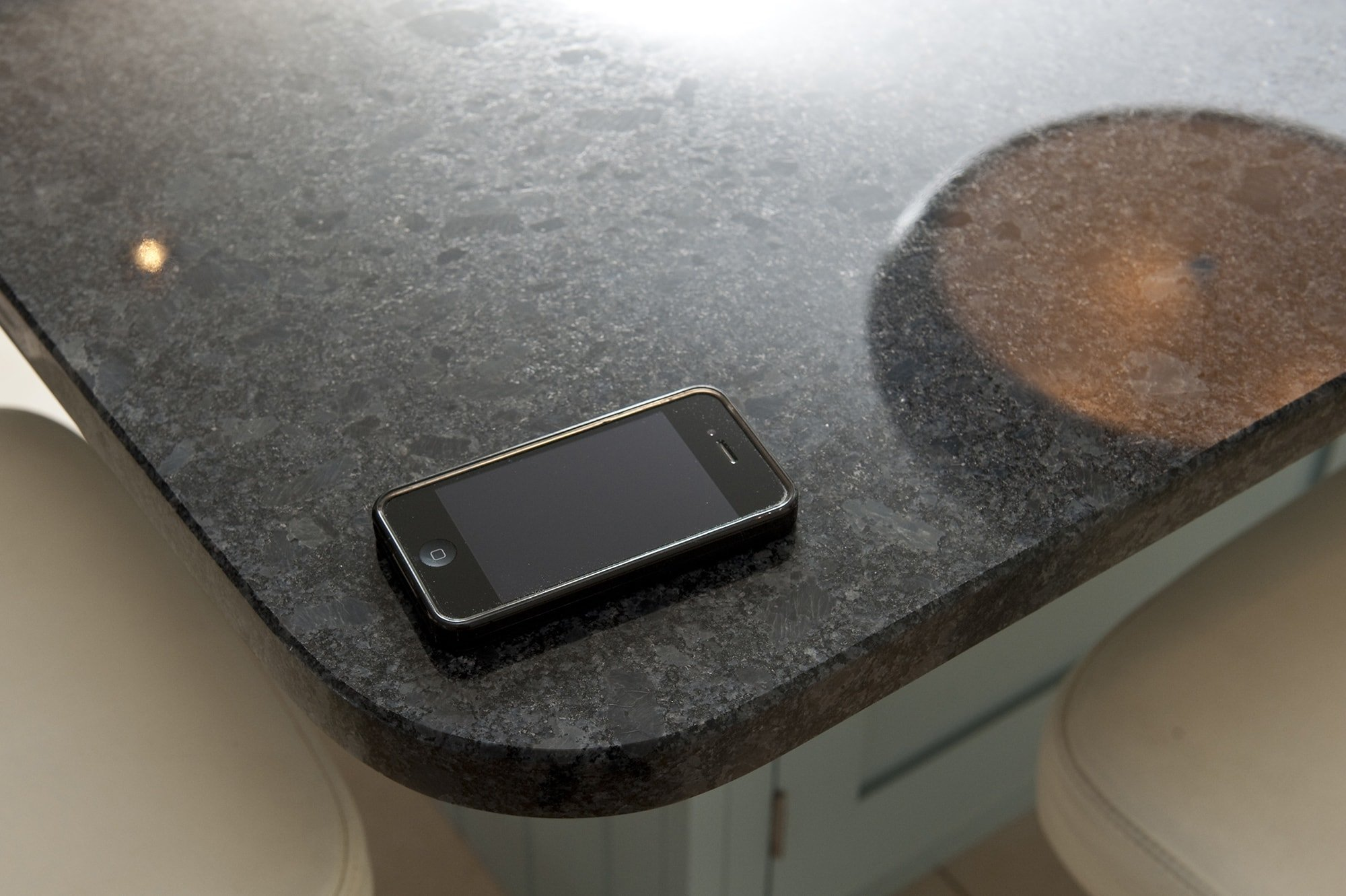 steel-grey-granite-cuckfield-west-sussex-yew-tree-kitchens-112853a-corner-detail-min