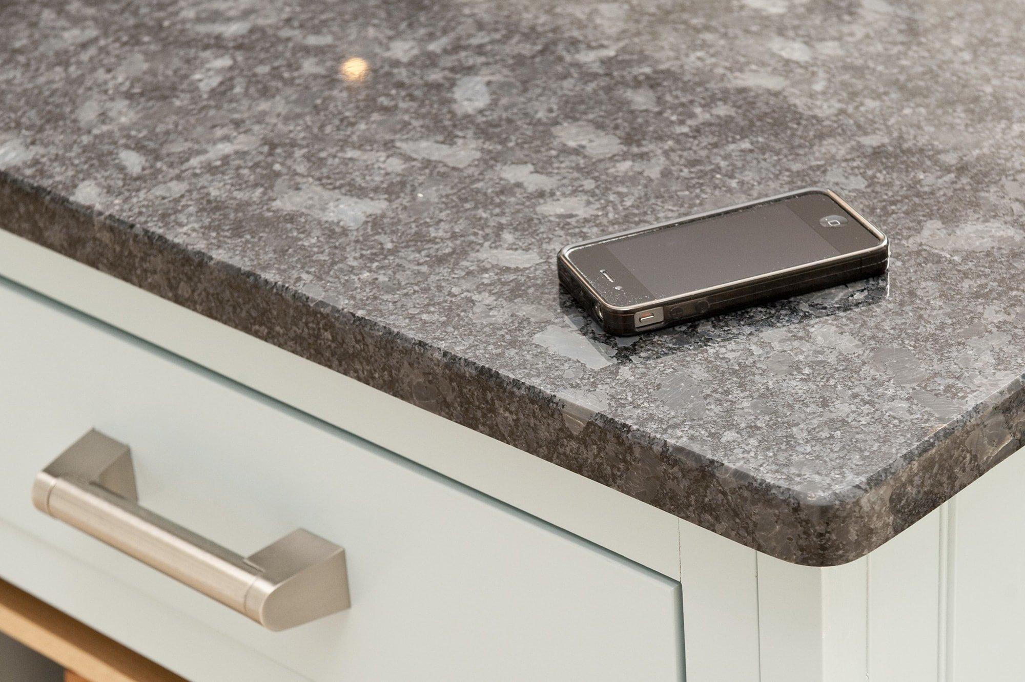 steel-grey-granite-cuckfield-west-sussex-yew-tree-kitchens-113028a-corner-detail-min